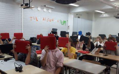 SVK:n seitsemäsluokkalaiset hymyilevät leveästi uusien kannettavien tietokoneitt…