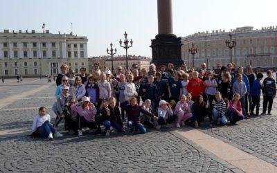 4-luokkalaiset huoltajineen ja opettajineen viettivät aurinkoisen leirikouluviik…