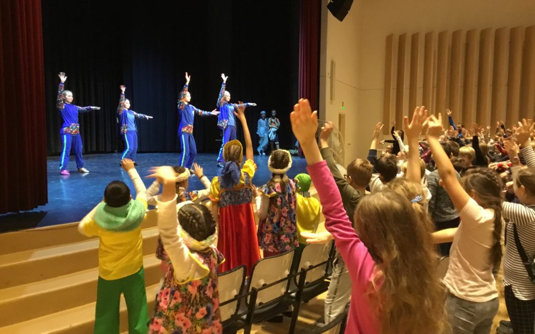 Pietarin Ystävyyskoulumme tanssiryhmä kävi tänään esiintymässä Suomalaisella yht…