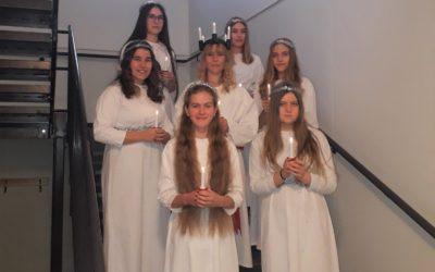 Sateiseen joulukuuhun toi viime viikolla valoa 8.-luokkalaisten Lucia-kulkue, jo…