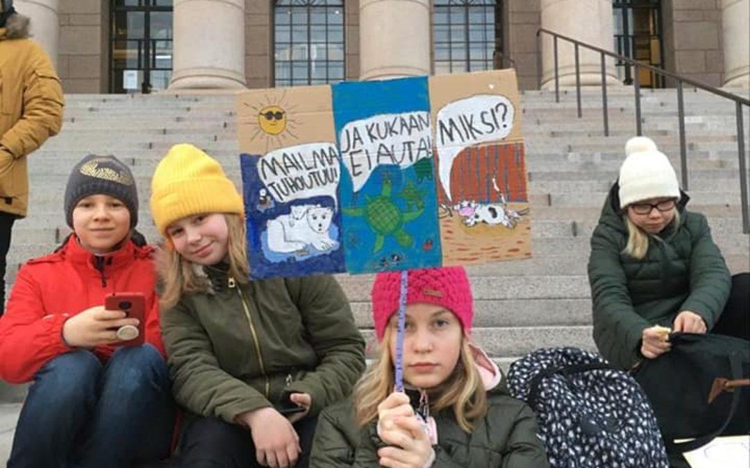 Koulun ilmastoryhmä tänään luvalla mielenosoituksessa.
