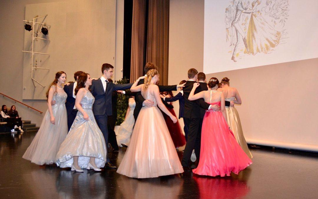 Wanhojen tanssit 2020 Valkeassa talossa ja kauppakeskus Kaaressa