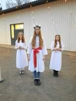 Lucia-neito seurueineen toi tänään iloa ja valoa joulukuun aamuun. Aamunavaus to…